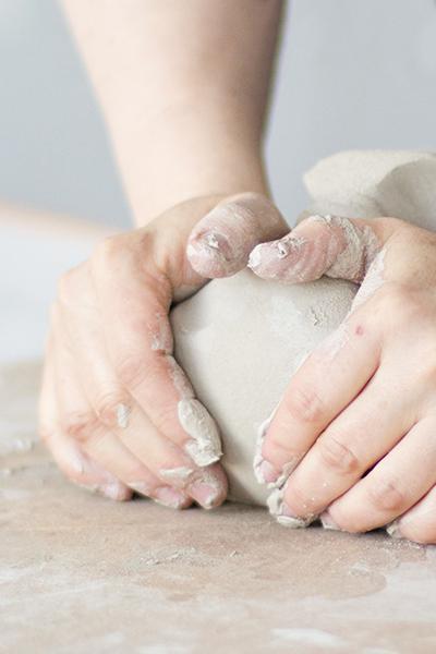 Pott Keramika estudioan katilu bat egiten